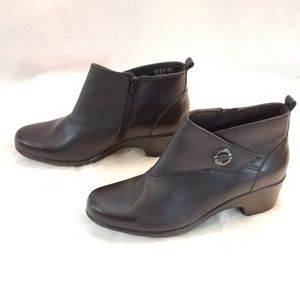 Clarks Cushion Soft Collection Black Zip Booties